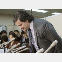 記者会見で謝罪する「マウントゴックス」のマルク・カルプレス代表取締役/(C)共同通信社