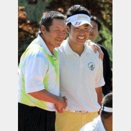 2013年の「つるやオープンゴルフ」でプロ初勝利を挙げ、大会初日にエージシュートを達成した尾崎(左)から祝福される松山/(C)日刊ゲンダイ