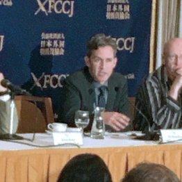人権委のデービッド・ケイ氏(央)は来日会見でも懸念を表していた