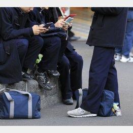 高校生のスマホ利用率は94.8%(C)日刊ゲンダイ