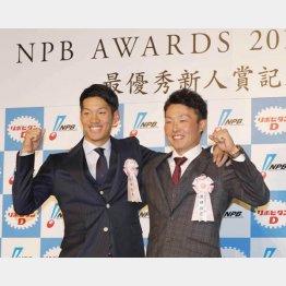 京田(左)とパの新人王・源田(C)日刊ゲンダイ