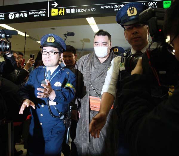 事情聴取のため福岡から帰京した日馬富士(C)日刊ゲンダイ