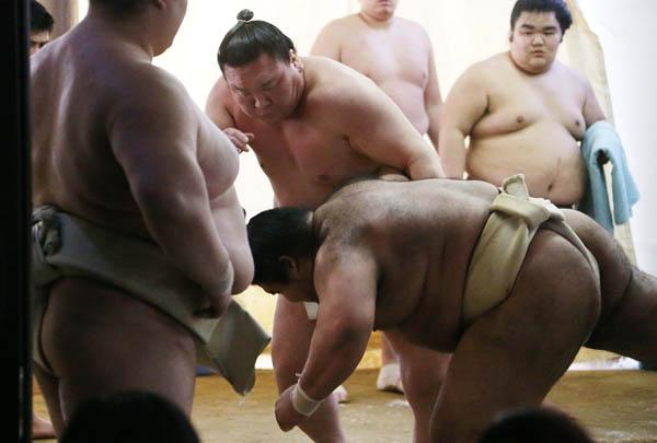 出稽古で田子ノ浦部屋を訪れ、新横綱の稀勢の里と汗を流す白鵬(C)日刊ゲンダイ