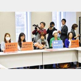 昨年、旧民主党の待機児童対策本部の会合に参加した主婦たち(C)日刊ゲンダイ