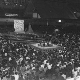 前代未聞の 1975年に行われた「土俵上」でのタイトル戦