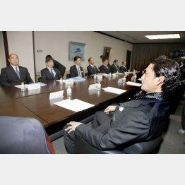 日本相撲協会理事会に出席した八角理事長と貴乃花親方(C)日刊ゲンダイ
