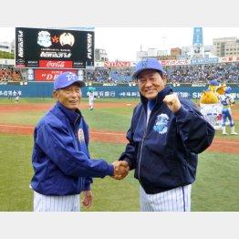 レジェンドマッチで中畑監督(右)と握手(C)共同通信社
