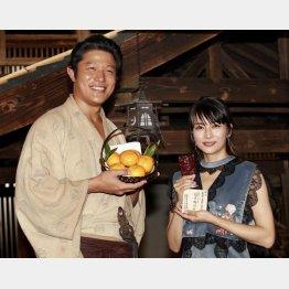 互いに贈り合った静岡・浜松産のみかんと薩摩切子を手に(C)日刊ゲンダイ