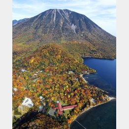 中禅寺湖の秋の紅葉は絶景(C)共同通信社