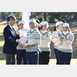 韓国を破り優勝し、トロフィーを手にする主将の成田美寿々(左3)/(C)共同通信社