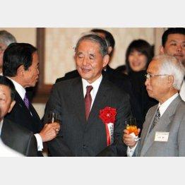 麻生副総理(左)らと歓談する長谷川氏(中央)/(C)日刊ゲンダイ