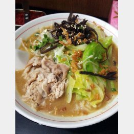 細麺がスープとよく絡む(C)日刊ゲンダイ