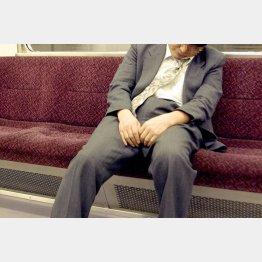 座るとすぐ眠る…(C)日刊ゲンダイ