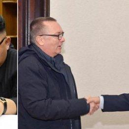 金正恩(左=朝鮮通信・共同)は国連にどう応じる?(右は朴次官と握手するフェルトマン事務次長)