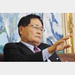 安倍首相は「米国の軍事システムを妄信している」と亀井氏/(C)日刊ゲンダイ