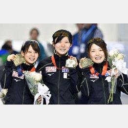 表彰台でニッコリ(左から高木菜、高木美、佐藤)/(C)共同通信社