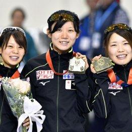 表彰台でニッコリ(左から高木菜、高木美、佐藤)