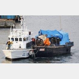 海上保安部の巡視船にえい航される木造船(C)共同通信社