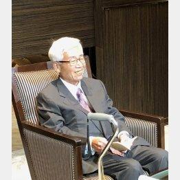 集まった人々と言葉を交わした安崎暁元社長(C)日刊ゲンダイ