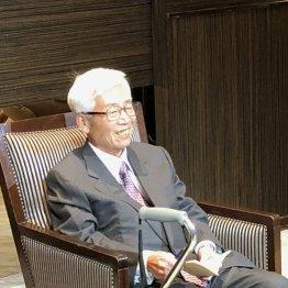 集まった人々と言葉を交わした安崎暁元社長