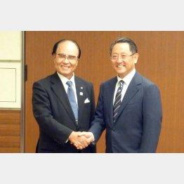 トヨタ自動車豊田章男社長(右)と握手する塚越寛会長(写真提供・伊那食品工業)