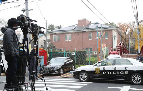 富岡八幡宮の宮司殺害事件を取材する報道陣(C)日刊ゲンダイ