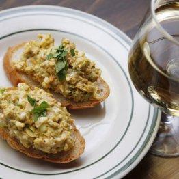 【アボカドと卵サラダのブルスケッタ】コクのあるリッチな卵サンド