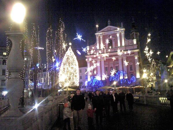 スロベニアの首都のクリスマスマーケットの夜景は幻想的だった(提供写真)