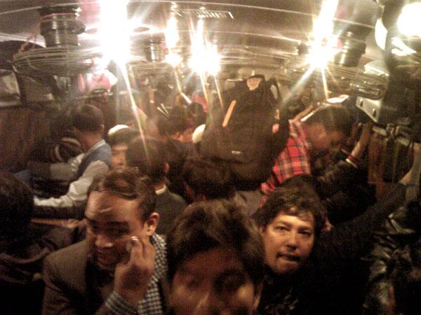イスラム教の国にサンタが来るのか?(24日夕方の列車は大混雑)/(提供写真)