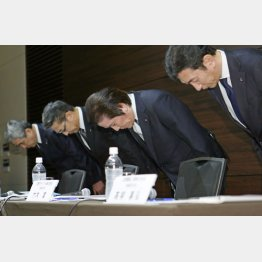 謝罪する三菱マテリアルの首脳陣(C)共同通信社