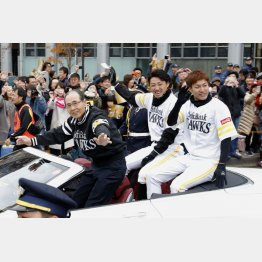優勝パレードで手を振る(左から)王会長、内川、柳田(C)共同通信社