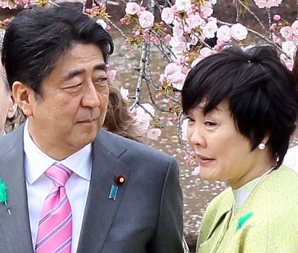 「桜を見る会」での安倍首相夫妻(C)日刊ゲンダイ