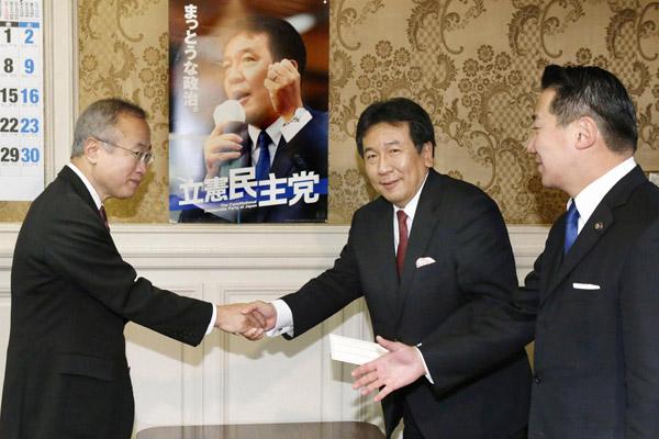 有田芳生参院議員(左)が立憲に入党届を提出(C)共同通信社