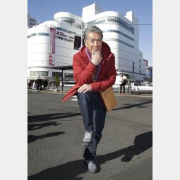1位に選んだ調布駅前でハイ・ポーズ(C)日刊ゲンダイ