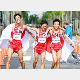 工藤(左)はユニバーシアード男子ハーフマラソンで2位に輝いた/(C)共同通信社