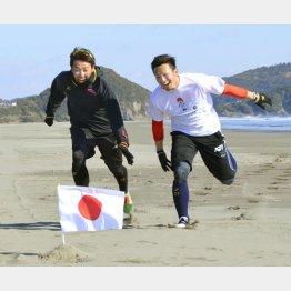 ソフトバンクの内川(左)は広島の鈴木と(C)共同通信社