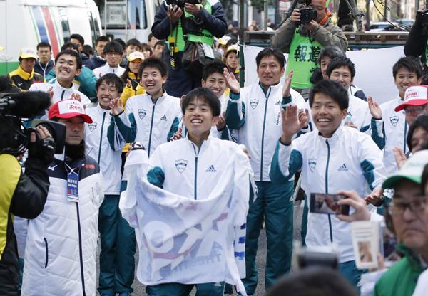 マスコミを沸かせたV4青学大の選手たち(C)日刊ゲンダイ