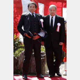 北の湖前理事長の法要に出席した貴乃花親方(左)と八角理事長/(C)日刊ゲンダイ