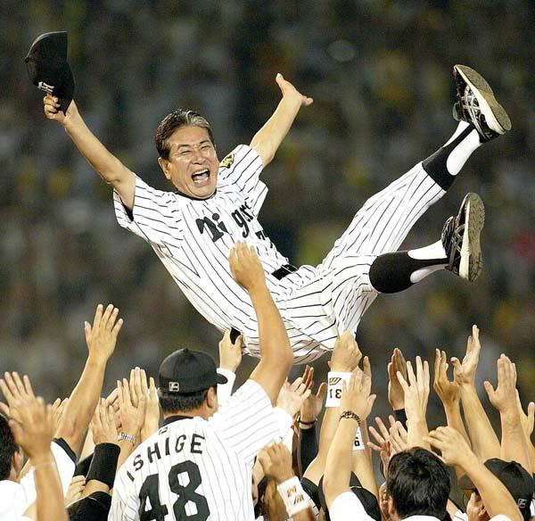 2003年にリーグ優勝し、胴上げされる星野監督(C)日刊ゲンダイ