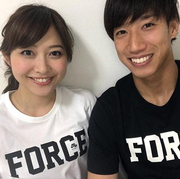 ペアTシャツで結婚報告(久冨アナのフェイスブックから)