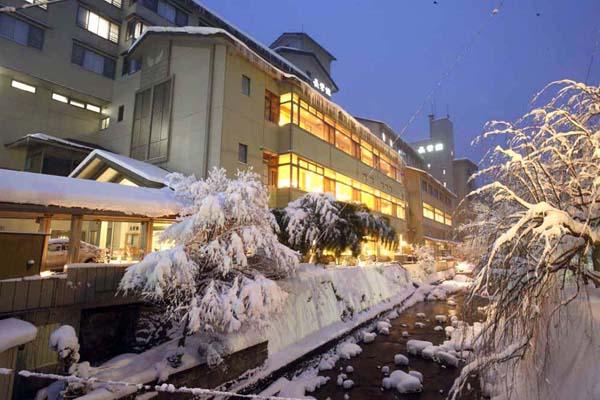 盛岡から車で40分ほど。雪の多さに驚く人も(「長栄館」の冬景色)/(提供写真)