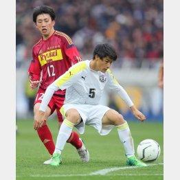 G大阪入りするCB松田(右)はクレバーな動きも目立った(C)Norio ROKUKAWA/office La Strada