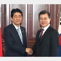 2017年9月、ウラジオストクでの日韓首脳会談(C)共同通信社