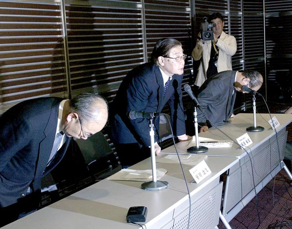 03年に発覚した視聴率買収騒動での緊急会見。中央は日テレ荻原敏雄社長(当時)/(C)日刊ゲンダイ