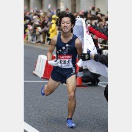 2位でゴールした東洋大(アンカーの小笹椋選手)(C)日刊ゲンダイ