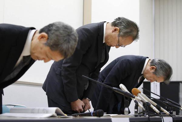 頭を下げる阪大の小林伝司副学長(央)ら/(C)共同通信社