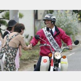 選挙期間中は原付バイクで毎日300キロを走り回る(C)日刊ゲンダイ
