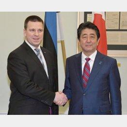 エストニアのラタス首相(左)と握手する安倍首相(C)共同通信社