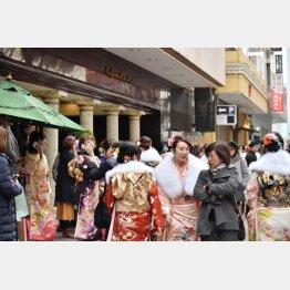 「はれのひ」が着付け会場として予定していた横浜市港北区のホテル前に集まる新成人ら(C)共同通信社
