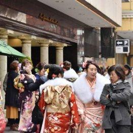 「はれのひ」が着付け会場として予定していた横浜市港北区のホテル前に集まる新成人ら